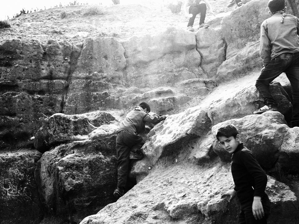 Gyerekek másznak fel a Cizre melletti Judi hegyre. A szíriai válság minden számítás szerint nem ér véget azzal, ha befejeződnek a harcok az országban. A háború miatt a gazdaságot szinte teljesen újra kell építeni, de még súlyosabb a várható demográfiai válság.