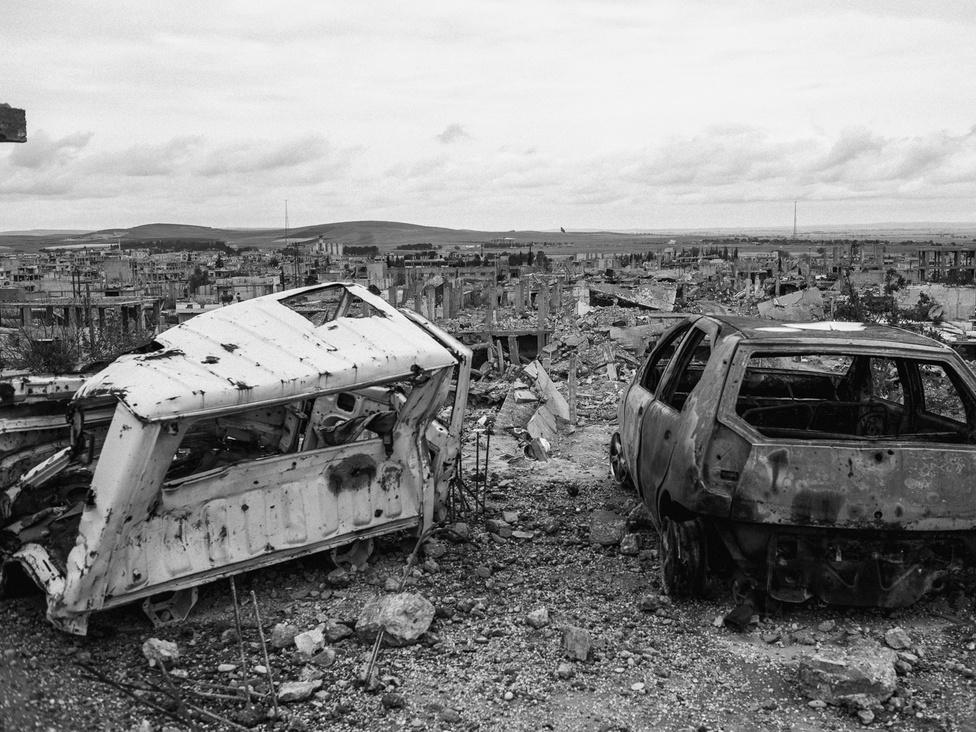 Kobanî romjai az Iszlám Állam kiszorítása után. Az Egyesült Államok vezette koalíció közel 15000 légicsapást hajtott végre a városban és környékén, az Iszlám Állam ugyanennyi gránátot lőtt ki a kurd szárazföldi csapatokra Kobanî utcáin.