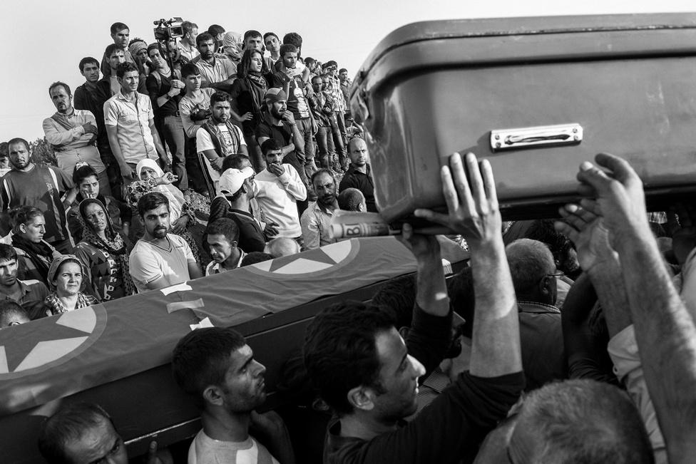 Egyetlen szervezet sem meri megbecsülni, hány gyerekkatona harcolhat Szíriában, de százezres nagyságrendről lehet szó. A képen éppen egy fiatal kurd harcos koporsóját búcsúztatják Surucban.