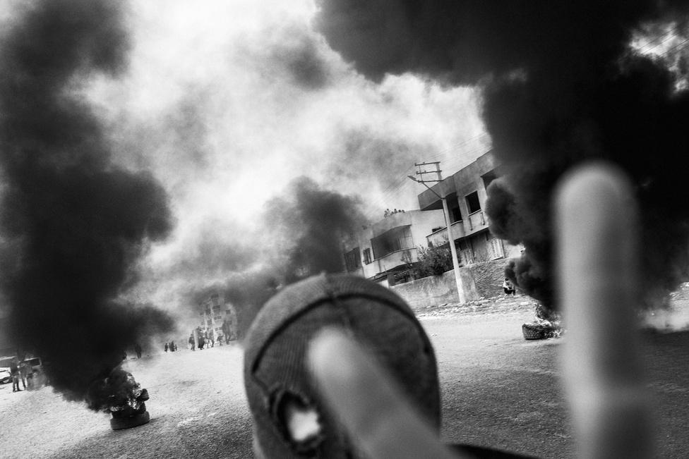 Az YDG-H – egy helyi kurd ifjúsági fegyveres szervezet – tagja Nusajbinben tavaly márciusban. A Newroz ünnep alatt éleződött ki a konfliktus a kurdok és a törökök között. Több helyen összecsaptak a rendőrök és az YDG tagjai.