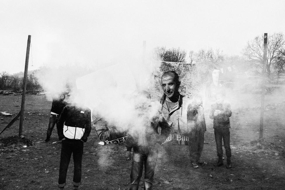 A Kobanîban meghalt áldozatokra emlékező tüntetők a Newroz ünnepen. Bár pontosan nem lehet felmérni a háború pusztítását az ENSZ úgy becsüli, hogy a harcoknak már több mint 400 ezer halálos áldozata volt a menekültek számát 4,6 millióra teszik.