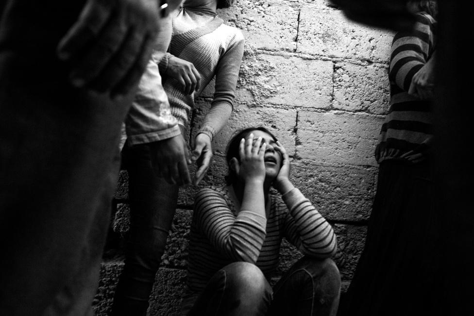 A török hatóságok nem készültek fel a több százezres menekülthullámra. A Kobanîból elmenekülő családokat rögtönzött sátorvárosokba próbálták helyezni, de sokan a határmenti Suruç városában telepedtek le. Használaton kívüli ipartelepekre, raktárakba költöztek. Az elégtelen körülmények miatt ezrek haltak meg: a képen látható nő férjét egy szabadonlógó elektromos vezeték miatt rázta halálra az áram.