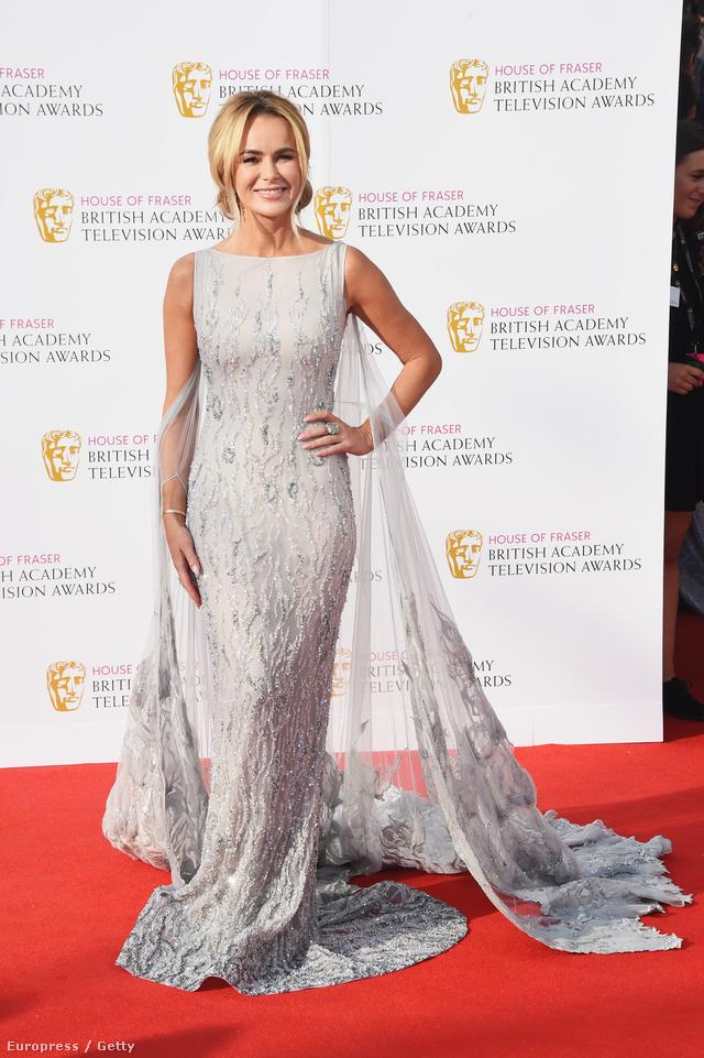 Amanda Holden egy gyönyörű, ezüst színű, uszállyal megtoldott estélyiben ment el a májusi BAFTA-ra.