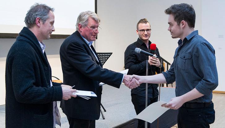 Csemiczky Miklós zeneszerző átadja a második díjat Molnár Viktornak