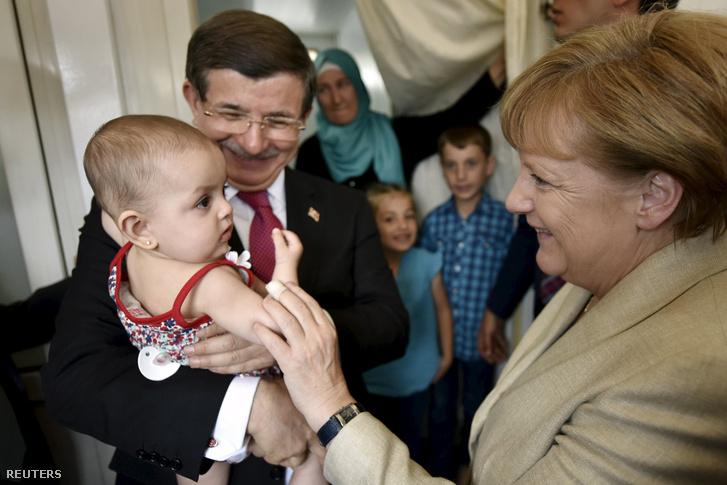 Ahmet Davutoglu és Angela Merkel német kancellár látogatása a Nizip menekülttáborban, a törökországi Gaziantep közelében, 2016. április 23-án.