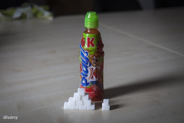 A kép azt mutatja, mennyi cukor van az italban. A többi gyártmány sem jobb ám!