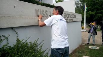 Így verték le Kiss László nevét az uszodáról