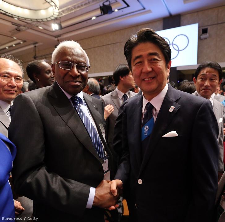 Lamine Diack és a japán miniszterelnök 2013-ban, a tokiói pályázat győzelmének kihirdetése után