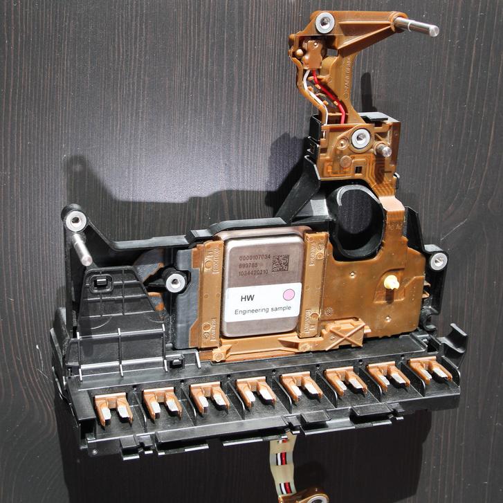 A fémdobozkában van a lényeg, a kerámialapra épített vezérlőelektronika
