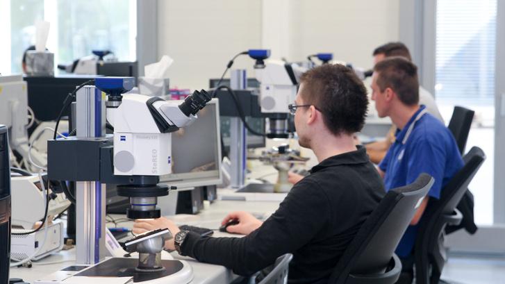 Többen dolgoznak egyszerre a mikroszkópokkal - van mit vizsgálgatni