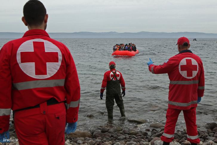Menekültek érkeznek Leszbosz szigetére