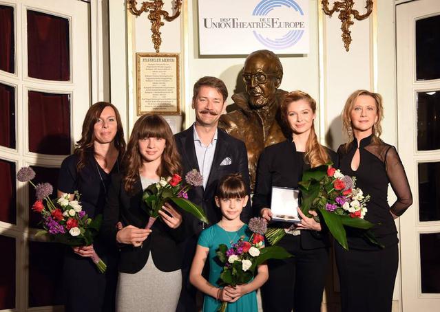 A díj átvétele után Várkonyi Zoltán szobra előtt