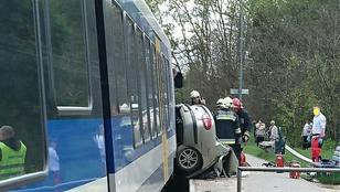 Vonat gyűrt maga alá egy autót Veresegyháznál