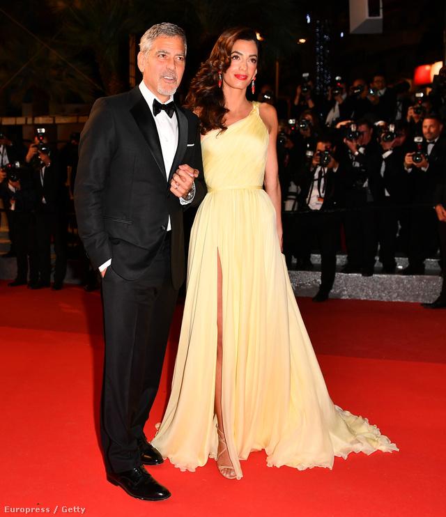 Amal Clooney-ra mintha ráöntötték volna a vaníliasárga Atelier Versace estélyit.
