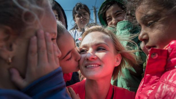 Irina Kolesnikova a menekült gyerekek között
