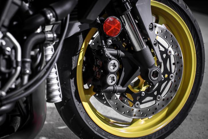 Az első fék az R1-en jobban harap. Azt a sárga prizmát pedig esztétikai alapon be kéne tiltani