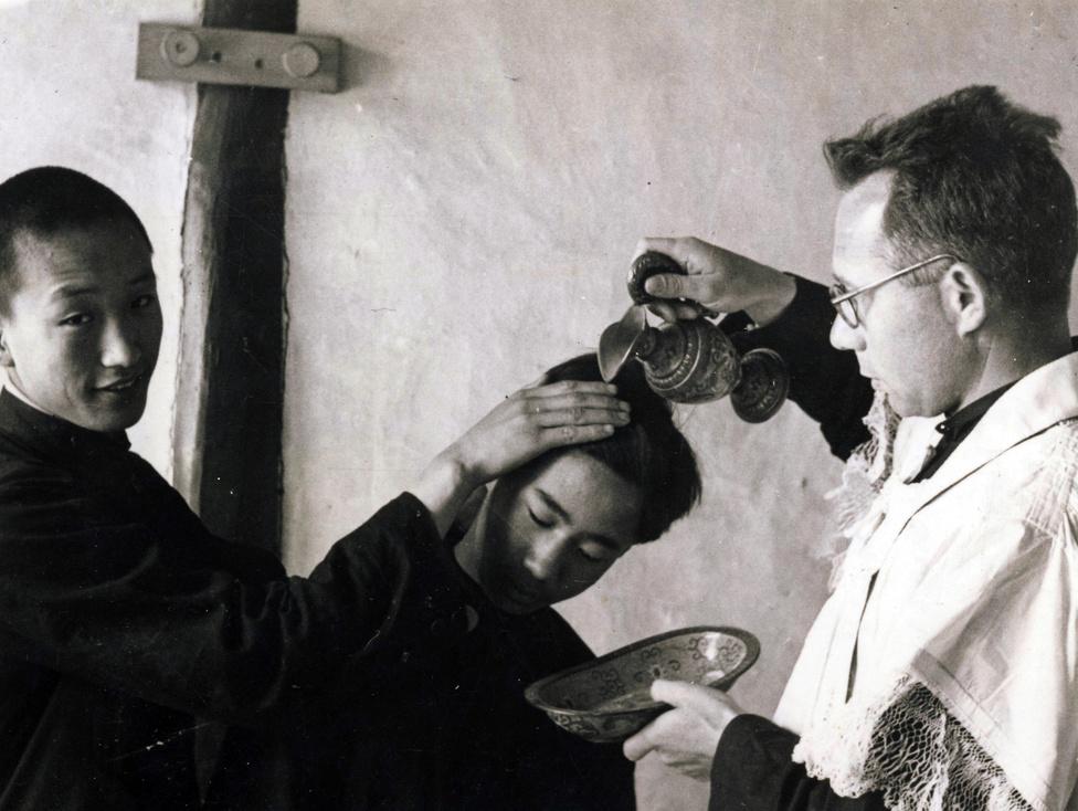 Kínai fiatal megkeresztelése. 1936-ban a támingi misszió területén 20 ezer katolikus élt, 1950-re több mint 43 ezer. A misszió iskoláit nem csak keresztények látogatták, sőt, a tanulók többsége nem-keresztény volt. Bár a város környékén éltek Nyugat-Kínából áttelepített muszlimok is, ők ellenálltak a keresztény térítésnek.