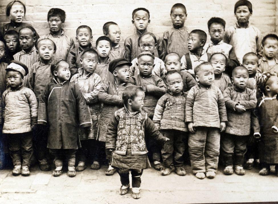 Apró, még apróbb és közepecskébb kínai gyerekek, talán a magyar misszió udvarán. A misszió iskoláiba főleg szegényebb vidéki gyerekek jártak, így a jezsuiták kiemelt hangsúlyt fektettek az elemi oktatásra. A támingi misszióban elemi iskola, imaiskola,középiskola, hitoktatóképző és egy francia vezetésű kollégium is működött. A  lányok addig teljesen kimaradtak Kínában az oktatásból, a misszionáriusok azonban leányiskolákat is nyitottak, Támingban ezt a a kalocsai nővérek vezették. Emellett az apácák egy árvaházat és egy idősek menhelyét is fenntartottak.