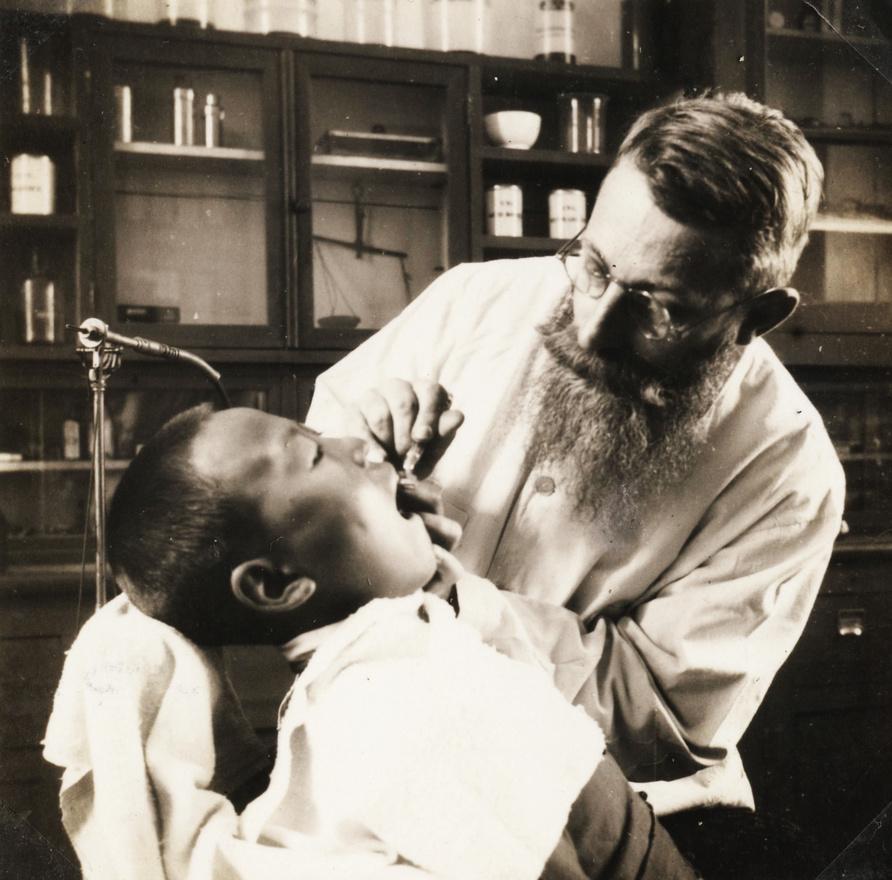 """Az oktatás mellett a misszionáriusok megpróbáltak valamiféle szociális ellátórendszert is létrehozni. Ahol megtelepedtek, kisebb-nagyobb rendelőket, kórházakat nyitottak, meghonosítva ezzel a nyugati orvoslást is egyúttal. A magyar misszionáriusok közül csak egy képzett orvos volt, Kékessy Imre, de több társa is részt vett egészségügyi képzésen a kiutazás előtt. """"A kínaiak közül sokan egyrészt a kíváncsiságuktól hajtva, hogy közvetlen közelről is láthassák a külföldit, beszéljenek vele, sőt akár meg is érinthessék, másrészt a gyors gyógyulás reményében keresték fel a misszionáriusok gyógyító központjait"""" - áll a visszaemlékezésben."""