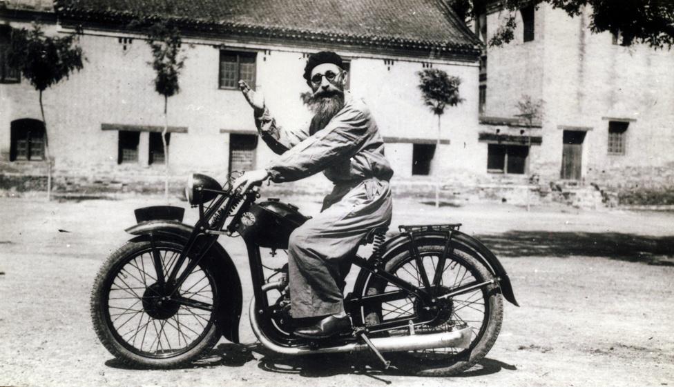 Szerzetes motorbiciklin: a már több képen látható Litványi György int Lennon-szemüvege mögül.