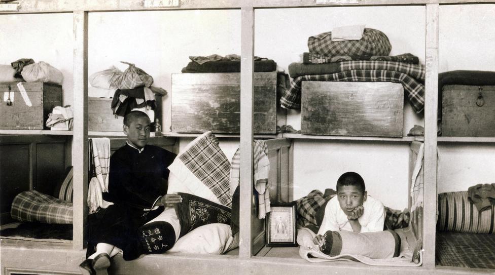Kínai diákok a kollégium hálófülkéiben. A jezsuita nevelés egységes alapelvei miatt az iskolai keretek hasonlóak voltak Európában és a Távol-Keleten is, de a helyi társadalommal való kapcsolat miatt igyekeztek azért ezeket a helyi szokásokhoz alakítani.