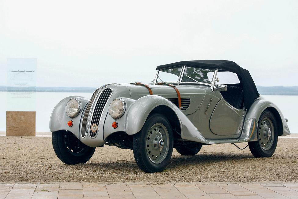 Még egy BMW 328? Majdnem. Frazer-Nash 328, 1938-ból. A neves sport- és versenyautókészítő vállalkozás egy időben a BMW angliai importőreként is működött a második világháború előtt, sőt össze is szereltek 328-asokat, jobbkormányos kivitelben. A hathengeres, kétliteres motorral hajtott gépek roppant sikeresek voltak a kontinensen, a Frazer-Nash és a Bristol révén pedig a szigetországban is népszerűek lettek.