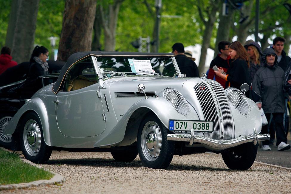 A titkos tipp: Skoda Popular Sport Monte Carlo (1937). A rendezvény előtt a zsűri egyik tagjával latolgattuk az esélyeket, és úgy gondoltuk, ha valami, akkor ez az apróság talán megfricskázhatja a nagy luxusautók orrát. A Skoda gyári csapata egyszer kategóriamásodik lett a Monte-Carlo Ralin, azt ünnepelte a cég egy hetvendarabos külön szériával. Akkoriban 36 lóerő menőnek számított egy 1,4-es motortól, a kocsi pedig gyönyörű.