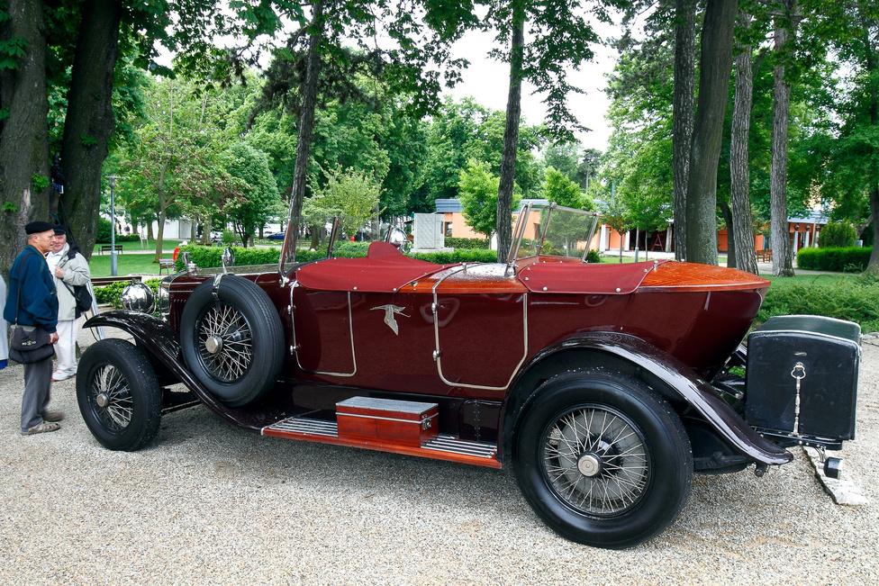 A Hispano-Suiza H6B (1926) neve is eleganciát sugároz, a 3,7 méteres tengelytáv és a hathengeres, 6,6 liter lökettérfogatú motor pedig még egy kicsit árnyalja a képet. A spanyol-francia cég alumínium-ötvözet motorblokkot használt és a világon először rásegítéses fékrendszert. Érdekesség, hogy nagyjából száz darab H6 készült licenc alapján Csehországban, a Skoda Műveknél is.