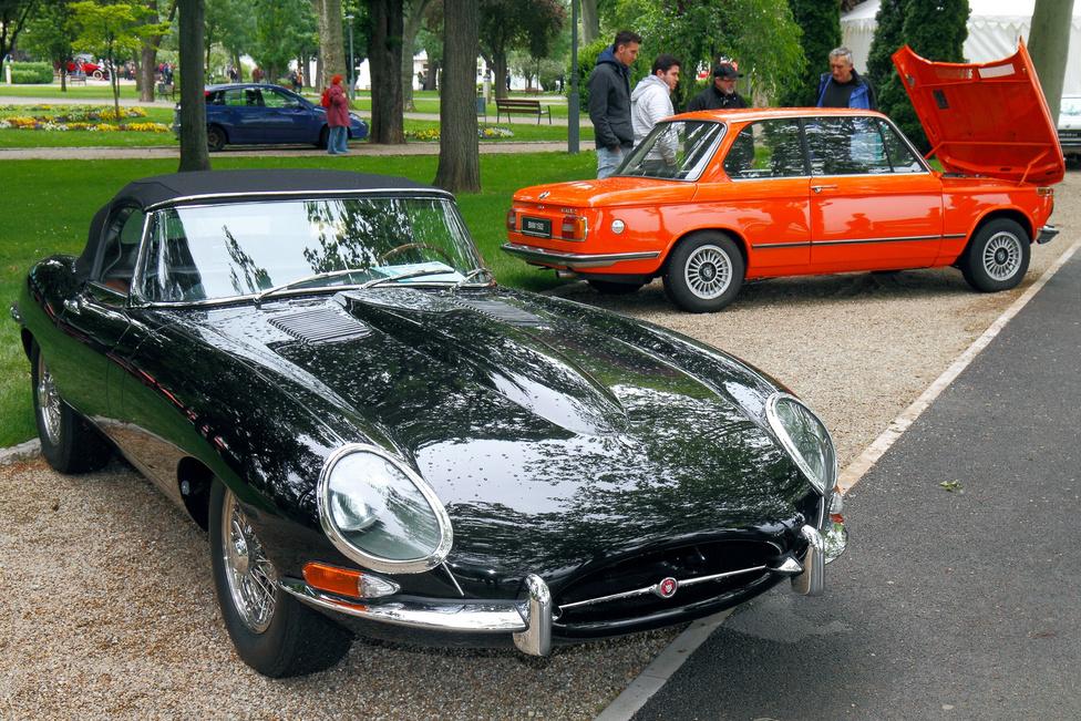 Két generáció, két legenda: Jaguar E-Type (1963) és BMW 1502 (1977). A fekete macska valószerűtlenül hosszú orra hathengeres, csaknem 270 lóerős motort rejt. Ez is elég lenne az üdvösséghez, de tán még érdekesebb, hogy a típust megválasztották a világ valaha készült legszebb autójának. Többször.