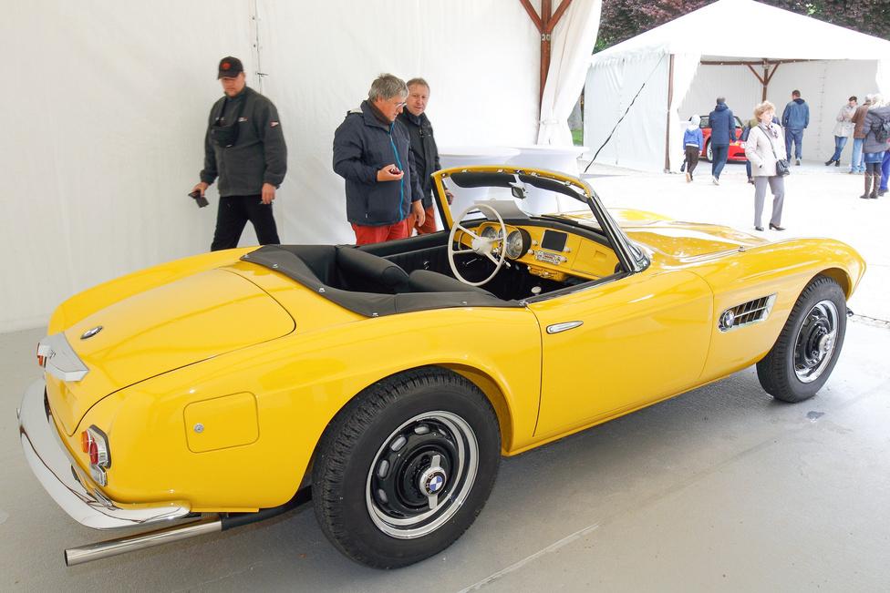 A BMW Group Magyarország jó néhány szédületes járművet hozott a kiállításra; nehéz eldönteni, hogy a 328 vagy az 507 a különlegesebb, mindenesetre nem nagyon volt olyan pillanat, amikor ne állták volna körbe csodálók az élénksárga autót, amely a résztvevők különdíját kapta. A V8-as, 3,2 literes motor 150 lóerős, de igazán a forma adja el a kocsit. A maga korában is a gazdagok játékszere volt, manapság még inkább, a 254 legyártott darabnak kevesebb mint a fele létezik.