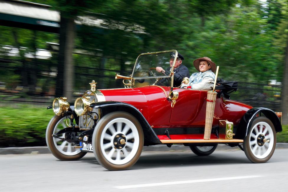 A mezőny legidősebb tagja az 1911-ben készült Opel 6/16 PS. Úgy ám, akkoriban még adólóerőkről szólt a dolog, de azért célszerű volt a valós teljesítményt is bevenni a típusnévbe. A felépítmények még erősen emlékeztettek a hintókra, de már elég volt kurblizni, lovat nem kellett a kocsi elé fogni.