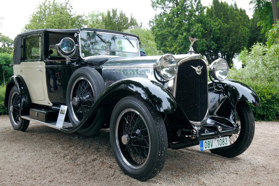 Csehországból érkezett az 1925-ös évjáratú Farman A6B. A főleg repülőgépeiről ismert francia cég mintegy 120 luxusautót készített 1921 és 1930 között, kevés maradt fenn közülük. Ez a nyolchengeres, 6276 cm3-es motorú kocsi Million Guiet-féle Coupé de Ville karosszériát visel, tavaly indult a Concorso d'Eleganza Villa d'Este szépségversenyen is.