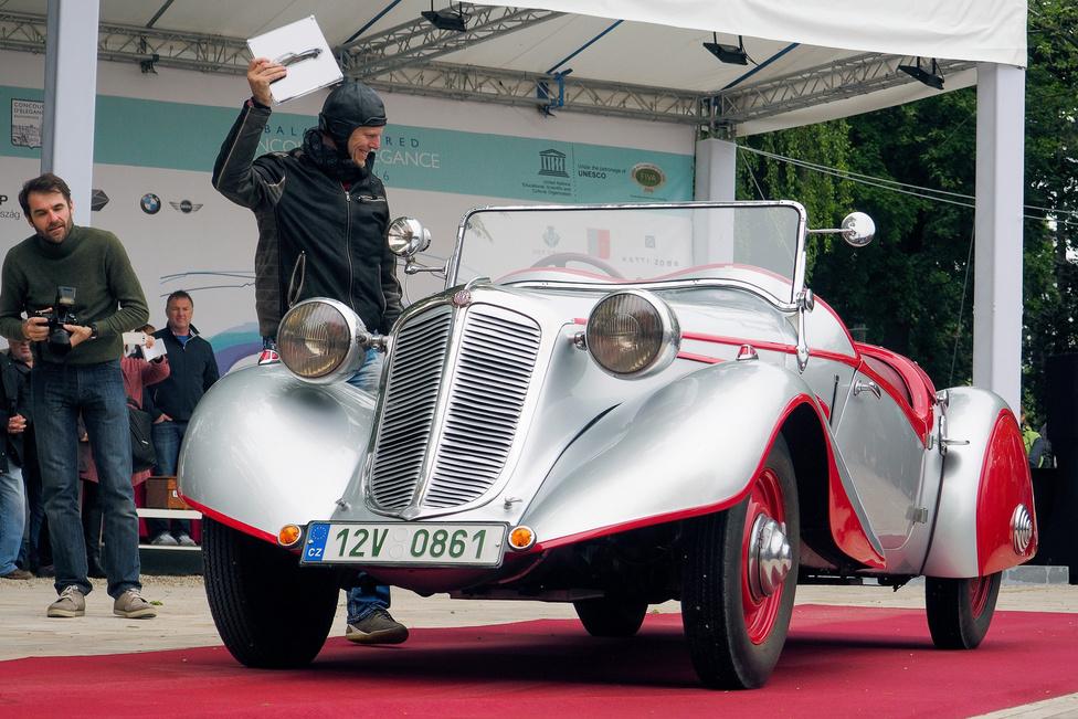 """Tatra 75 """"Bohemia"""" Sport (1936). Cseh középkategória, kicsit másképp. A csővázas szerkezetű, négyhengeres bokszermotorral szerelt, könnyűfém hengerfejes kocsi 30 lóerős, különlegessége, hogy nem a gyár által kínált három karosszériaváltozat egyikét viseli, hanem a Bohemia cég felépítményét. Ilyen kétüléses roadster karosszéria csak kettő készült – a kocsi megérdemelten nyerte el a CEAuto Classic díját."""