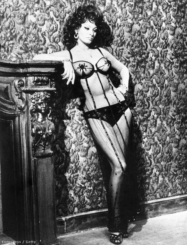 Prostituáltat játszott az 1964-ben forgatott Tegnap, Ma Holnap című Vittorio de Sica filmben.