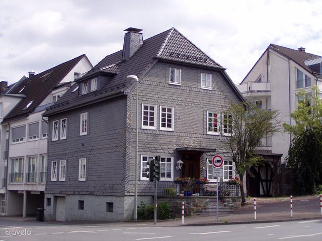 Egy palalemezekkel fedett ház Meschedében