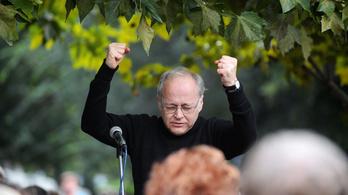 Közös éneklésre hív Fischer Ádám