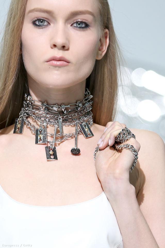 Borotvapengék és különféle láncok a Versace kifutóján 2013 februárjában.