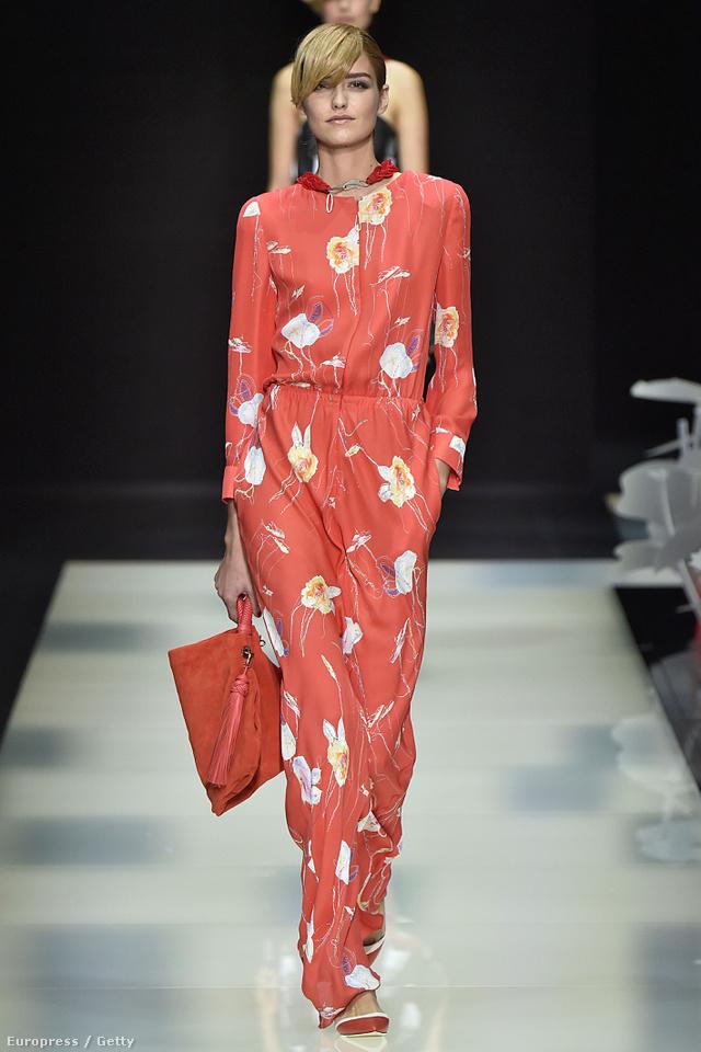 Giorgio Armani virágmintás piros kezeslábasa a milánói divathéten.