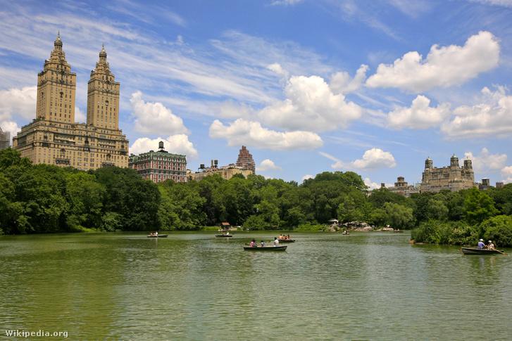 Róth Imre két felhőkarcolója a Central Park szélén. Balra a San Remo, New York első ikerlakótornya, jobb szélen a Beresford, a város egyik legelitebb lakóháza