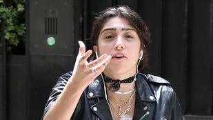 Madonna lánya leöntött egy fotóst