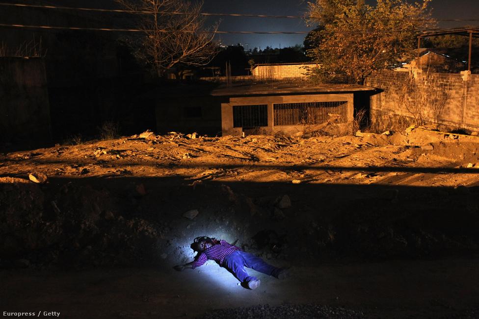 Egy holtest fekszik az acapulcói úton, valószínűleg egy drogleszámolás áldozata. A drogháború Mexikó legnépszerűbb turistaparadicsomát, Acapulcót is elérte, ami ma már a világ negyedik legveszélyesebb városa.