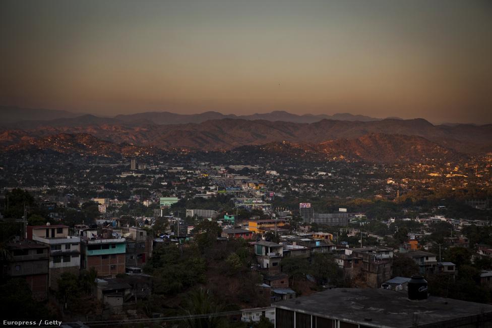 Látkép Acapulcóról és a várost szegélyező hegyvonulatokról. Annak ellenére, hogy mindennaposak a kartellgyilkosságok szinte az egész országban, 2014-ben 29,1 millió turista érkezett Mexikóba. Ez 20,5%-os növekedés a 2013-as évhez képest.