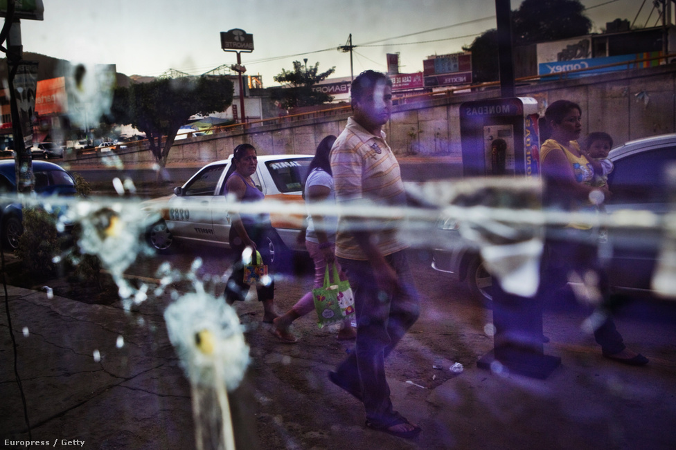 A szétlőtt Secrets bár Acapulcóban, Mexikóban. 2006 óta tart a mexikói drogháború a kartellek és a kormány között. Az egészet az akkor frissen megválasztott elnök, Felipe Calderón robbantotta ki, amikor december 11.-én 6500 katonát küldött Michoacán államba, hogy véget vessen a kábítószer erőszaknak.