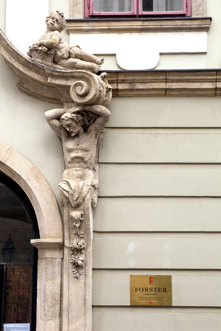 A Forster Gyula Nemzeti Örökségvédelmi és Vagyongazdálkodási Központ Táncsics utca 1. szám alatti épülete a Várban