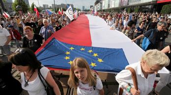 Tízezrek tüntettek a kormány ellen Varsóban