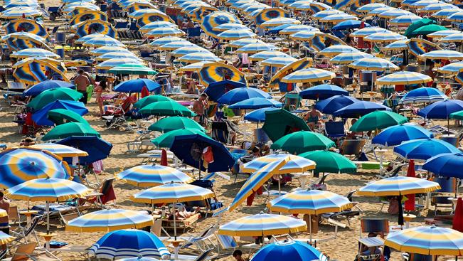 Napenergiával működő napernyők és napozóágy 30 ezerért