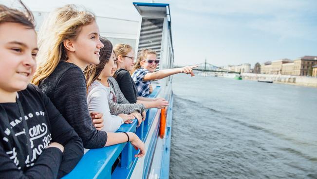 Unoka-jeggyel csábítják a nagyszülőket dunai hajózásra