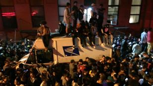 Kanye West rajongói annyira rajongtak, hogy kocsikat zúztak, vandálkodtak