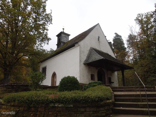 A kápolna, mögötte a Hochstein-sziklával, előtte a temetővel