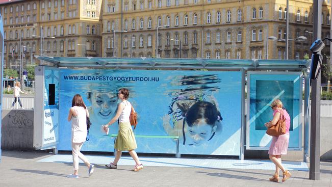 Virtuális medencét állítottak a Keleti buszmegállójában